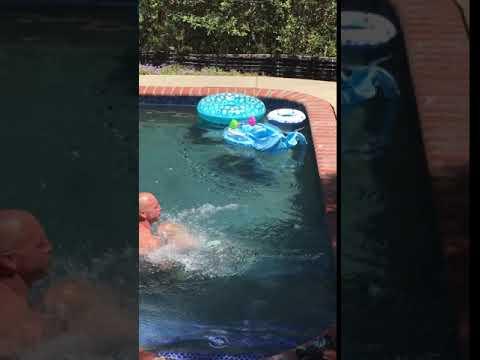 Isoveli opettaa pikkuveljeään uimaan – Menetkös siitä