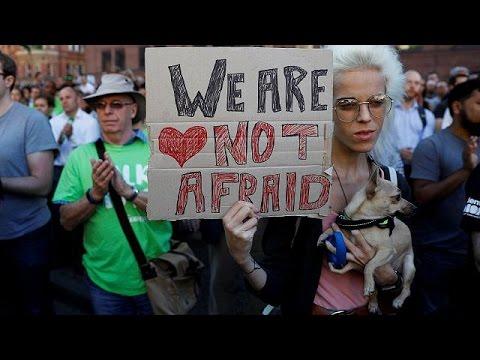 Πολίτες του Μάντσεστερ: «Είμαστε ενωμένοι, η τρομοκρατία δεν θα μας νικήσει»