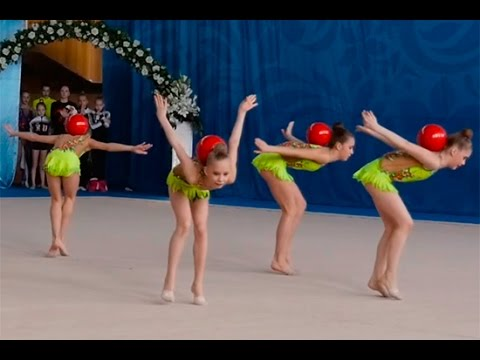 group exercises with ball girl on rhythmic gymnastics competitions (видео)