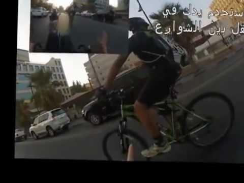 سعودي يقاطع السيارات ويتنقل بالدراجة الهوائية