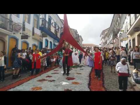 Procissão em Ouro Preto passa pelos tradicionais tapetes de serragem