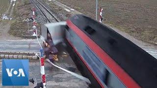 Wjechał busem wprost pod pociąg. Nagranie z przejazdu
