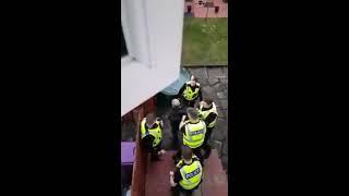 Policjant zaskoczył włamywacza pałą po plecach! Nie wiedział nawet, że jest nagrywany!