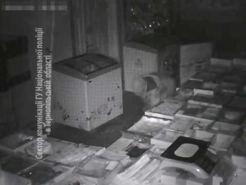 У Тернополі камери спостереження зафіксували як злодій рачки грабує крамницю (ВІДЕО)