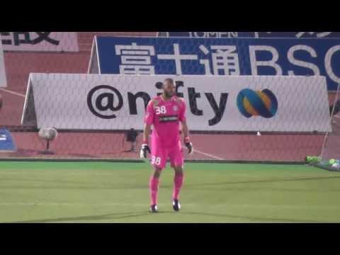 「[サッカー]PKのピンチをゆらゆらする魅惑のダンスで守る湘南ベルマーレGKアレックス・サンターナ。」のイメージ