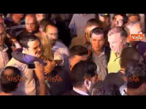 tsipras tra la folla: baci e abbracci con i sostenitori!