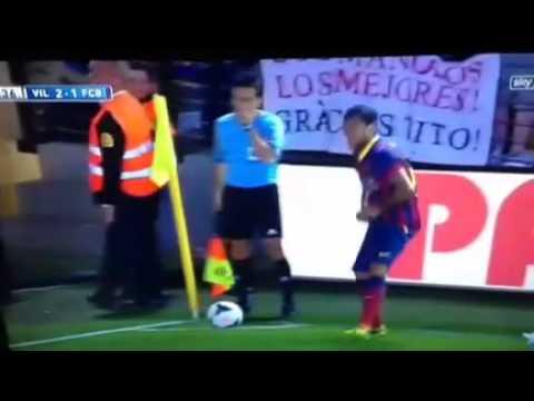 Bị ném chuối vào người, Dani Alves bóc ăn ngay trên sân