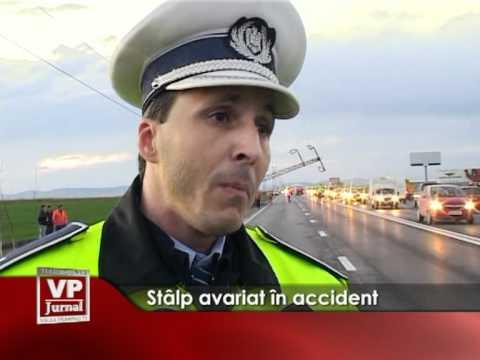 Stâlp avariat în accident