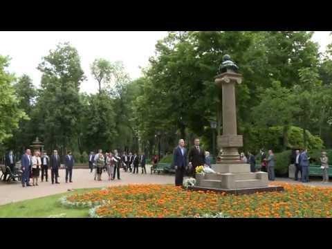 Глава государства возложил цветы к памятнику Пушкина