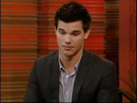 Taylor Lautner firmando autografos.