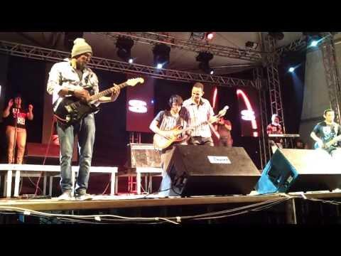 Josiel Serrão e Banda cantando
