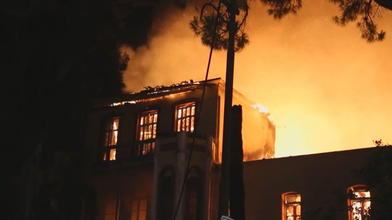 Στις φλόγες οι Ιταλικοί Στρατώνες στο κέντρο των Χανίων