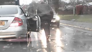 Wiara w ludzi przywrócona! Gość z Mercedesa kontra policjant kierujący ruchem!