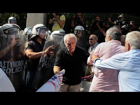 Ελλάδα: Θύελλα αντιδράσεων για τη ρίψη δακρυγόνων κατά συνταξιούχων