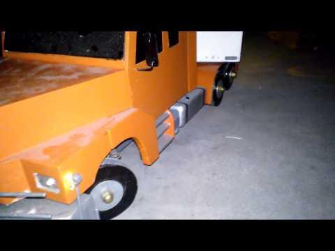 Camión de madera modelismo - Es lo mas parecido a escala que lo pude hacer con los materiales y maquinas que tengo. Tiene eje direccional en el semi y en el tractor, ejes que se levantan...