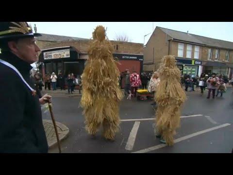 Großbritannien: Im englischen Whittlesey tanzen die Strohbären