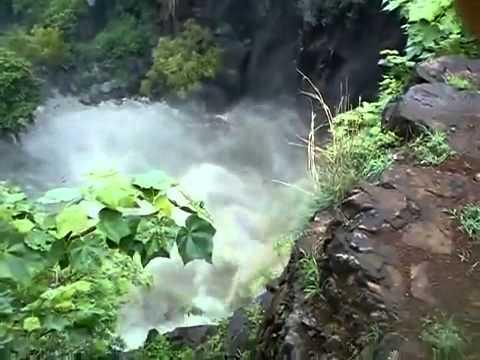 piecioro-ludzi-spada-z-60-metrowego-wodospadu