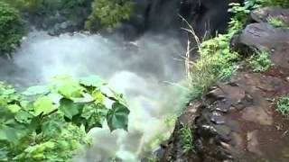 Pięcioro ludzi spada z 60 metrowego wodospadu