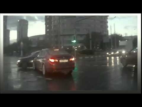 看了10遍還是很靈異!行車記錄器清楚拍下「幽靈車」猛然衝出路口。