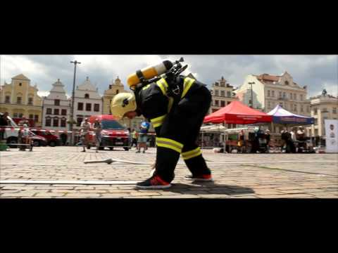 Katedrálu Svatého Bartoloměje v Plzni pokořilo v plné hasičské bezmála padesát závodníků
