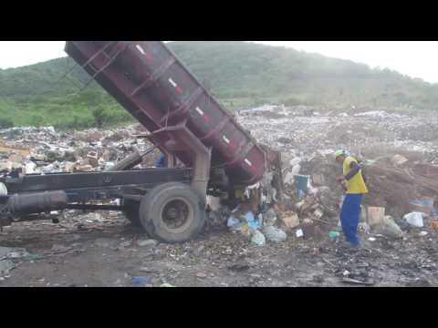 Criança acompanha caçamba descarregar material no lixão de São José da Tapera