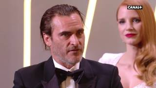 Video Joaquin Phoenix  en baskets pour récupérer son Prix d'Interprétation Masculine MP3, 3GP, MP4, WEBM, AVI, FLV September 2017