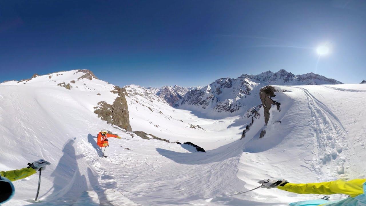 Плавный спуск по горе на лыжах