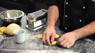 In diesem Video lüfte ich die Geheimnisse der perfekten Pasta. Vom selbst gemachten Teig, bis zum idealen Kochvorgang und der perfekten Verschmelzung von Pasta und Soße ist alles dabei.Herzlichen Dank für positive Bewertungen und das Abonnieren meines Kanals!!Fragen und Rezeptwünsche immer gerne in die Kommentare!Facebook: https://www.facebook.com/kochenmatthiasTwitter: https://twitter.com/Matthias_kochtHier nochmal die Einkaufsliste:200g doppelgriffiges Mehl (z.B. http://amzn.to/1bxJUal)300g Mehl Typ 4053 Eier2 Eigelb1 EL Salz1 EL OlivenölIm Video verwendet und empfehlenswert:NUDELMASCHINE: http://amzn.to/1JPVc8IAUSSTECHRINGE: http://amzn.to/1zMmdHdDie aufeführten Links sind Affiliate-Links. Durch einen Einkauf über diese Links kannst du mich Unterstützen. Mehrkosten entstehen für dich selbstverständlich nicht!