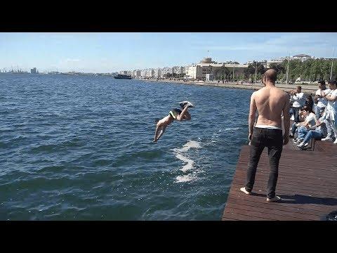 Video - Θεσσαλονίκη: Νεαρός βούτηξε στον Θερμαϊκό για να... δροσιστεί (ΒΙΝΤΕΟ)Το βίντεο έχει γίνει ήδη viral