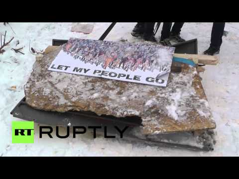 Ukraine: Protesters build new barricades from street trash