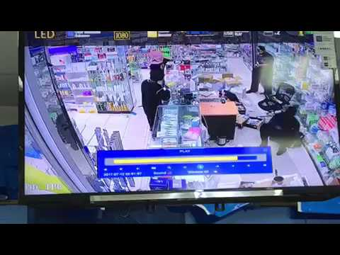 #فيديو / سطو مسلح على صيدلية بالخرج وسرقة وتهديد الصيدلي و يستولون على مبالغ مالية