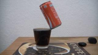 Canette de Coca Cola en équilibre sur un verre