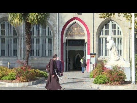 Η καθολική εκκλησία συναντά θύματα σεξουαλική κακοποίησης…