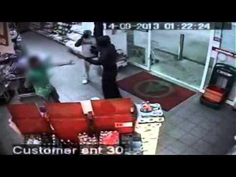 歹徒持刀搶劫商店,店員拿出他的鞋子,就把歹徒嚇得落荒而逃!