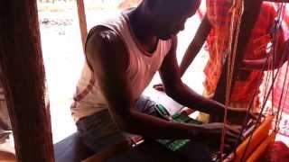 The cloth is a fabric comb made by hand, in traditional loom. Januário um herói da Guiné-Bissau fazer o cachecol do Krioulo...