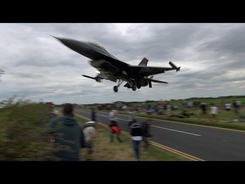 un pilota fa una manovra azzardata col suo f16