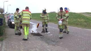 Brandweer rukt uit vanwege olie op de weg in Eemdijk