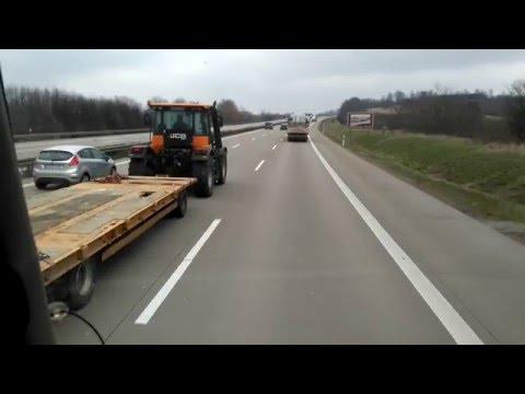 Lecisz sobie spokojnie autostradą a tu nagle z lewej wyprzedza cię traktor z przyczepą!