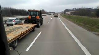 Lecisz sobie spokojnie autostradą, a tu nagle wyprzedza Cię traktor z przyczepą! Zobacz jak pędzi!