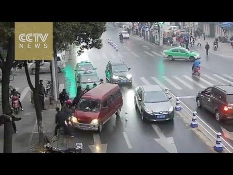 Passanti sollevano furgone per estrarre vittima di incidente