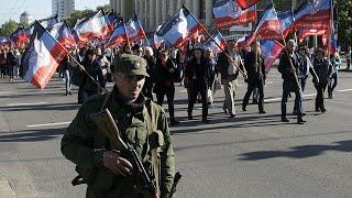 Dörögnek a fegyverek Kelet-Ukrajnában. A kormányerők és az oroszbarát szakadárok állóháborúja közben a szeparatisták egyoldalúan kikiáltott állama, a Donyecki Népi Köztársaság elnöke Alexander Zaharcsenko egy új ország, Malorosszija, vagyis Kis-Oroszország tervét vázolta fel.- Tisztán látjuk - mondja a szakadárok vezetője, - hogy az ukrán kormány szétdúlja az országot, a legtöbb ukrán szenved. Hiszem, hogy segítenünk kell nekik, de nem háborúskodással, csak ha a kijevi hatóságok nem hagynak má…BŐVEBBEN: http://hu.euronews.com/2017/07/18/ukrajna-helyett-malorosszijaeuronews: Európa legnézettebb hírcsatornájaIratkozzon fel! http://www.youtube.com/subscription_center?add_user=euronewsHungarianAz Euronews elérhető 13 nyelven: https://www.youtube.com/user/euronewsnetwork/channelsMagyar: Website: http://hu.euronews.com/Facebook: https://www.facebook.com/euronewsTwitter: http://twitter.com/euronewshu