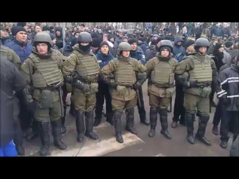 Люди заблокировали автобус с Саакашвили (видео)