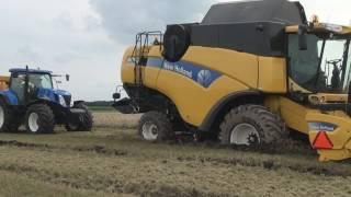 New Holland CX760 vast in de modder / stuck in mud - Trekkerweb.nl