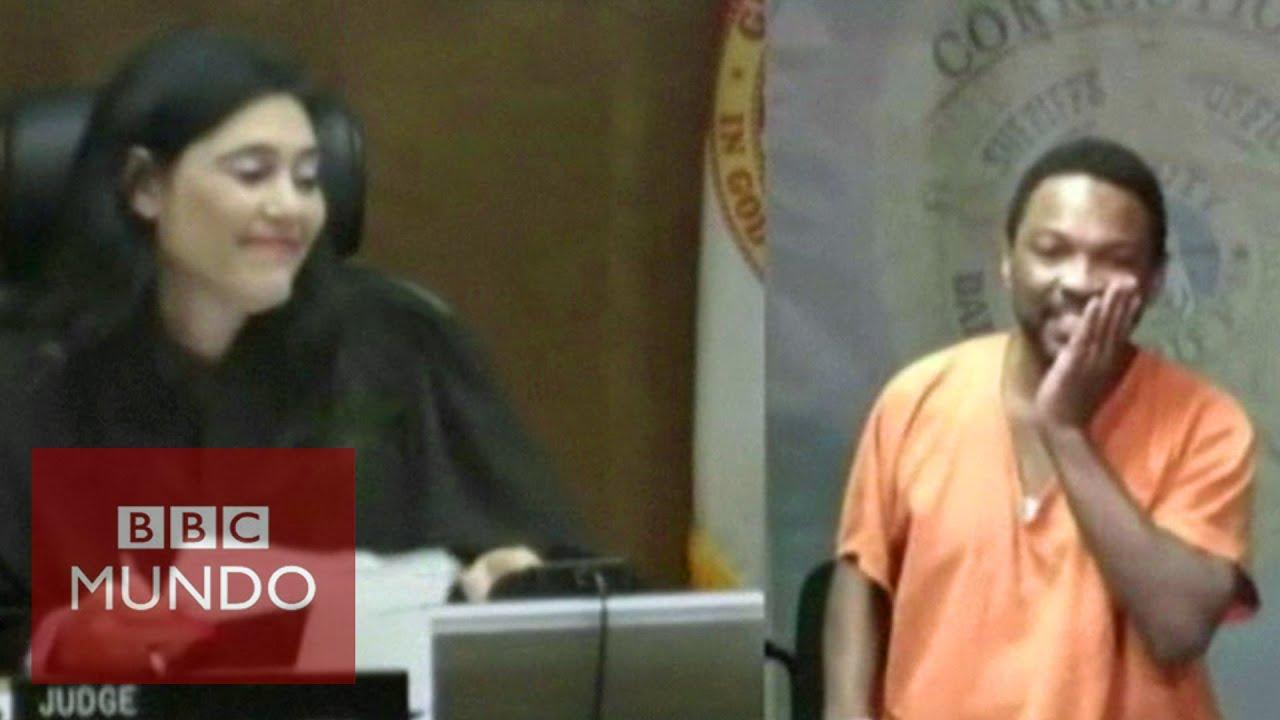Jueza reconoce a su amigo de la escuela en el banquillo de los acusados