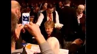 Angela Merkel poniżona przez pechowego kelnera…