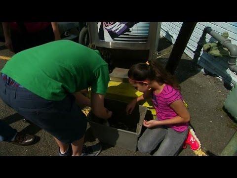 Digging Through the Car Wash Trash | Extreme Cheapskates 22 October 2014 09 PM
