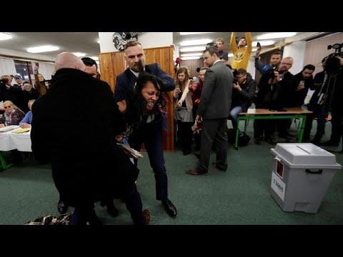 Γυμνόστηθη όρμηξε στον πρόεδρο Ζέμα σε εκλογικό τμήμα