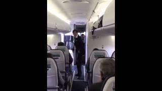 Tańcząca stewardessa w samolocie.