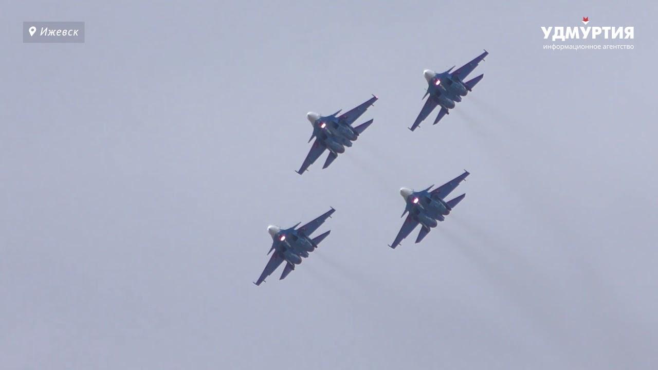 «Русские Витязи» в небе над Ижевском