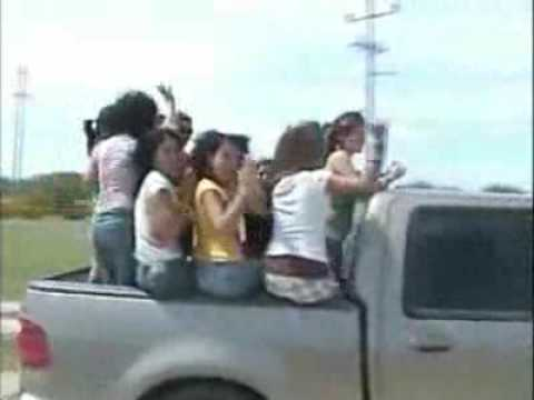 caida chicas en camioneta crash